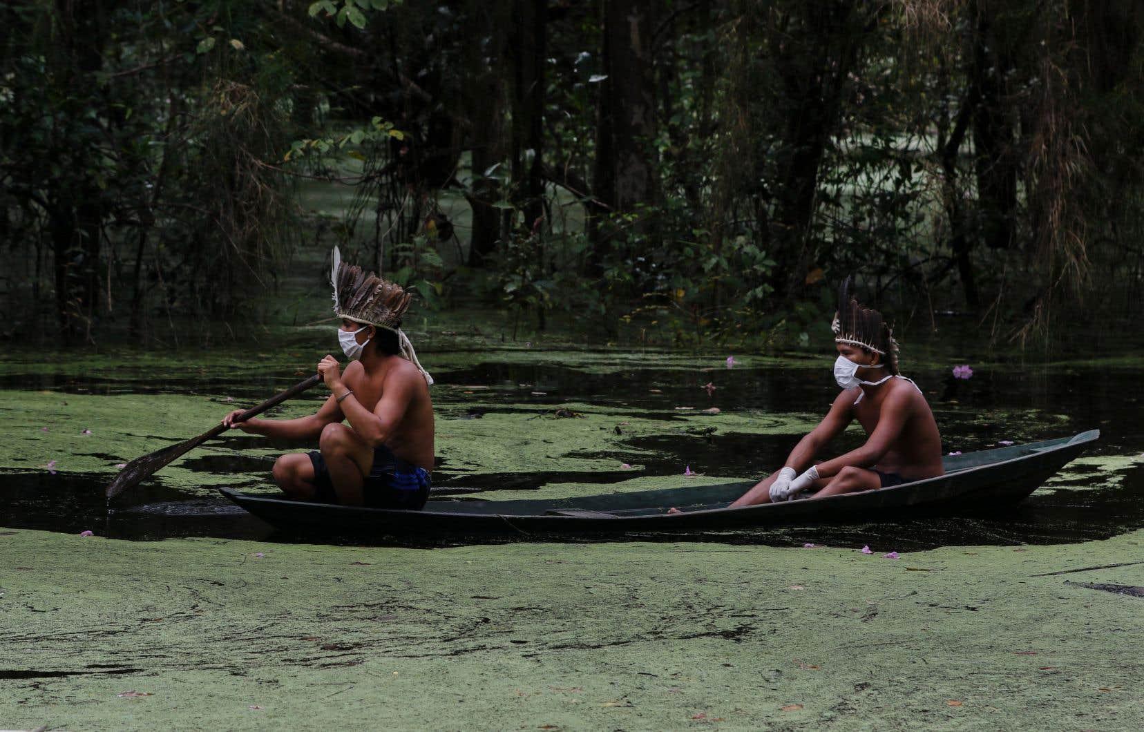 L'attitude frondeuse de Jair Bolsonaro en Amazonie survient alors que le président est au plus bas dans les sondages en raison de sa gestion chaotique de la pandémie de COVID-19 au Brésil. Le politicien perd ses appuis politiques et cherche donc à renouer avec sa base.