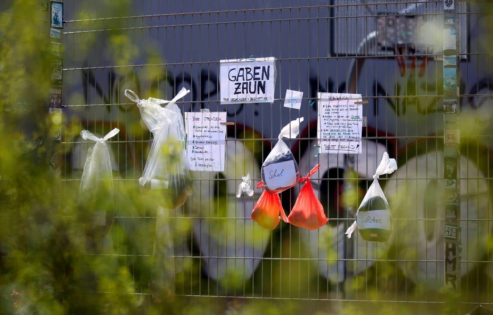 Dans certaines villes d'Allemagne, on a ressuscité les «clôtures à cadeaux» d'autrefois. Les citoyens peuvent y laisser de la nourriture, des vêtements et des articles de toilette destinés aux personnes en situation d'itinérance.