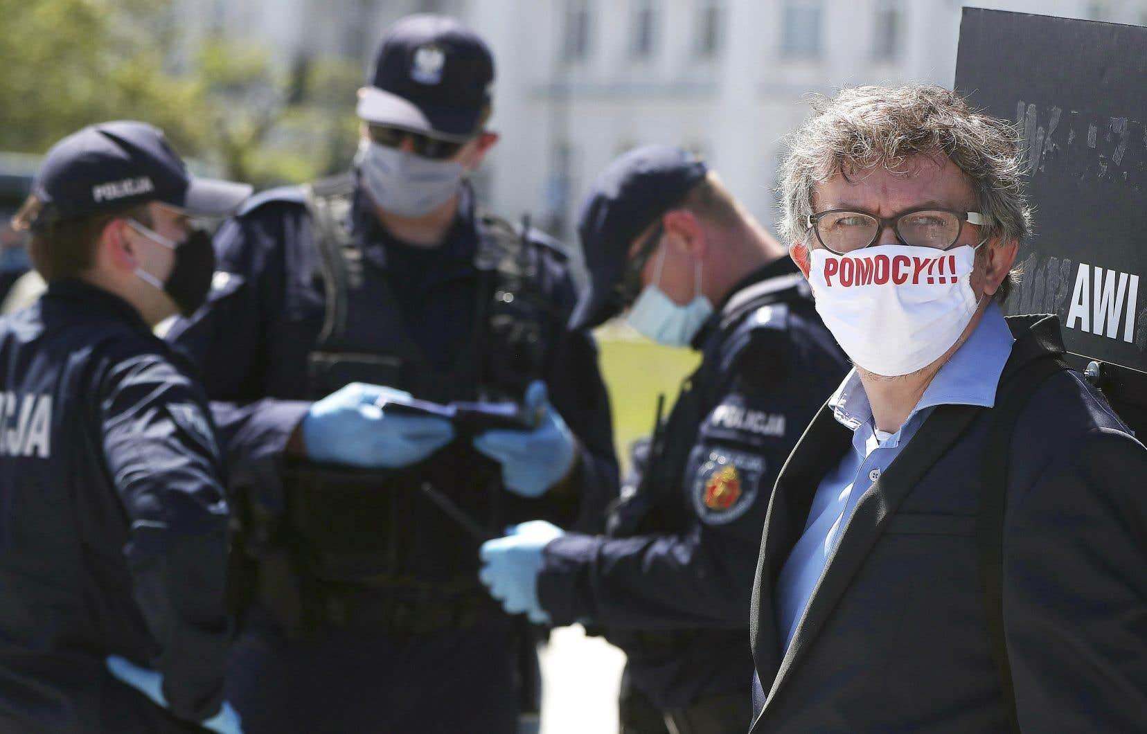 Un manifestant portait un masque sur lequel on pouvait lire «Au secours!» («Pomocy!», en polonais), samedi à Varsovie.