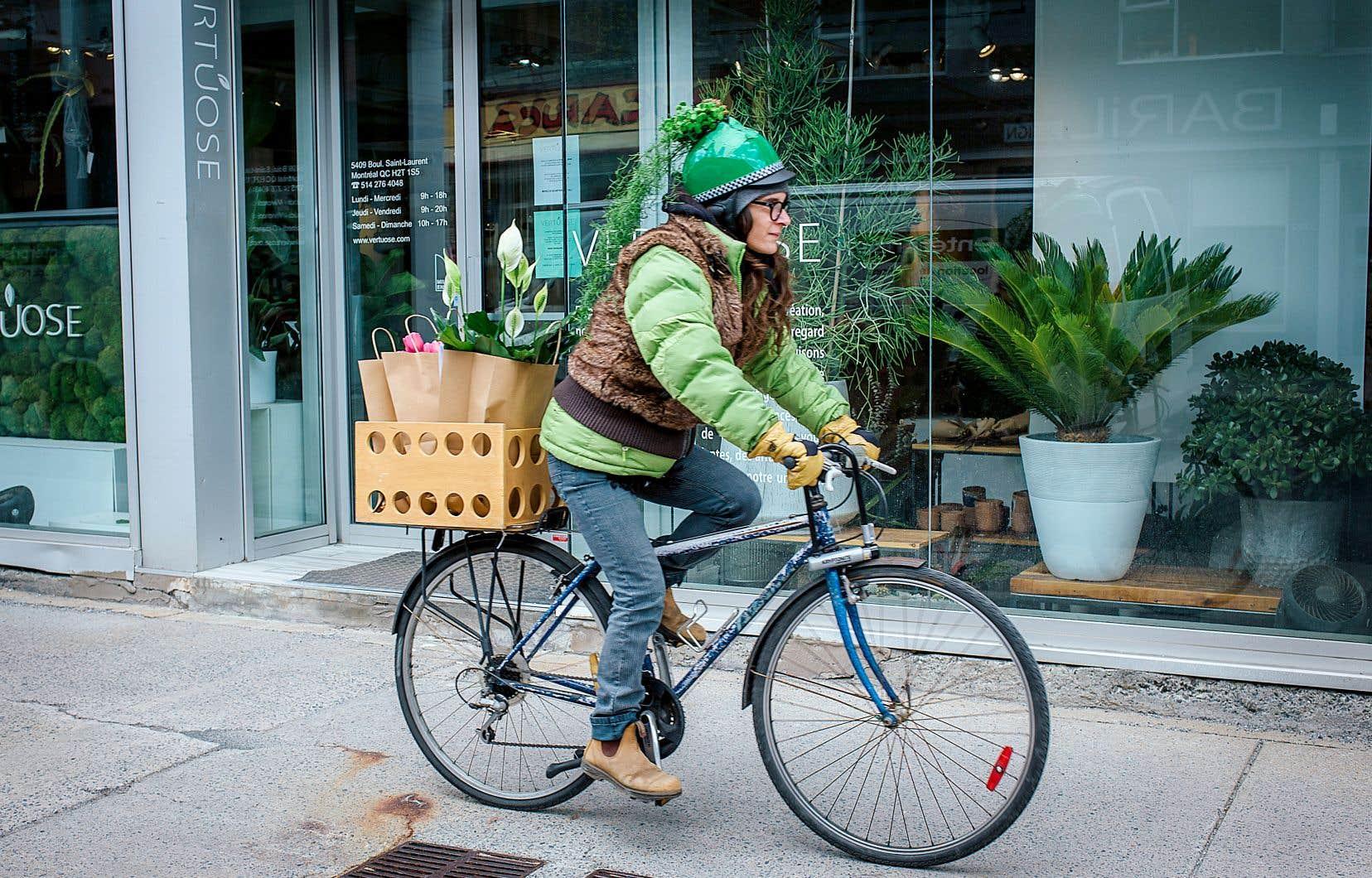 Sophie Bolduc, fleuriste montréalaise, livrait les commandes de fleurs à vélo dimanche à l'occasion de la fête des Mères.