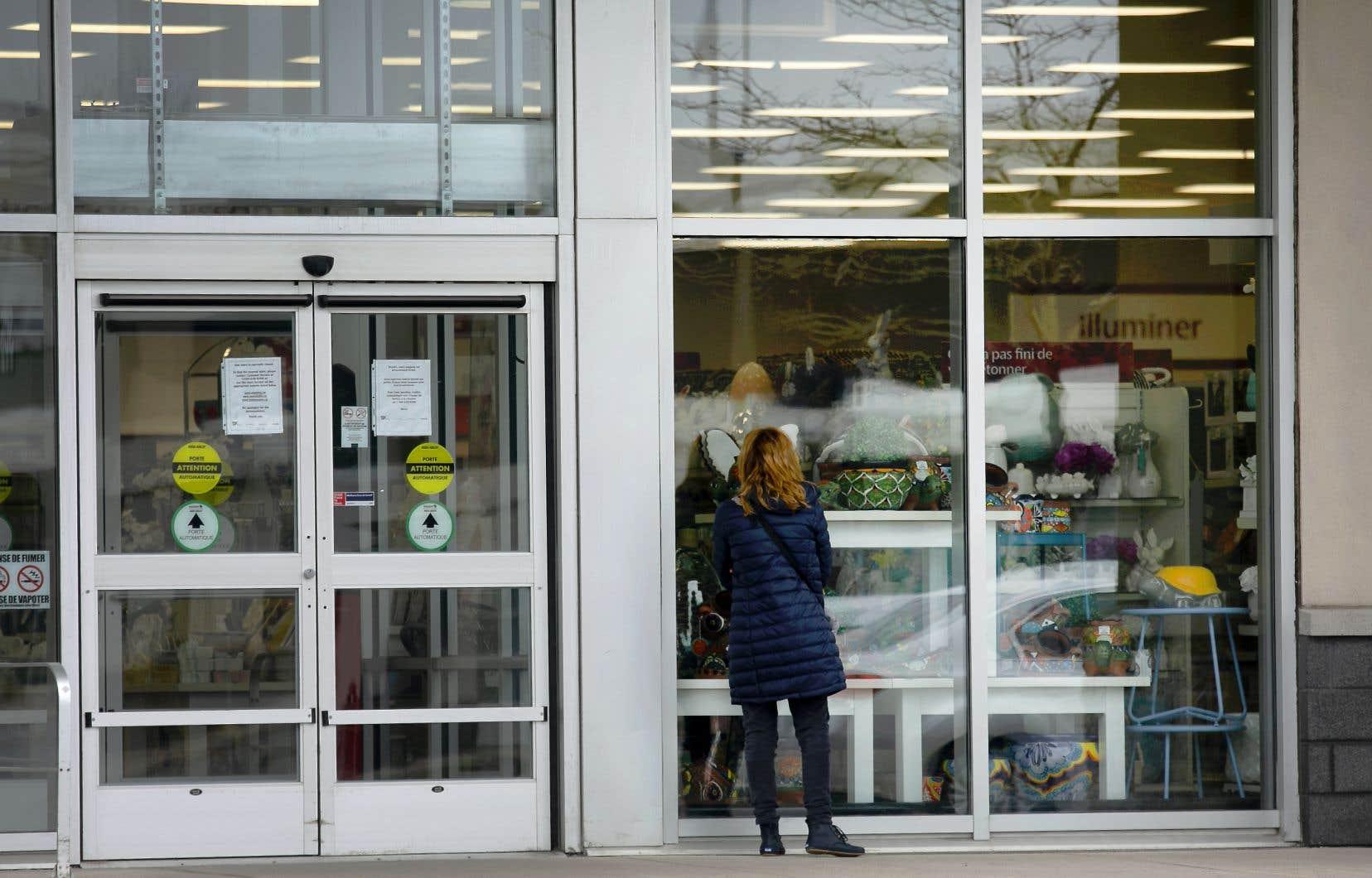 Une cliente a buté contre des portes closes au magasin Winners du Quartier Dix30, à Brossard.