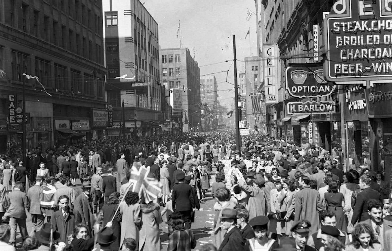 Manifestation sur la rue Sainte-Catherine, au centre-ville de Montréal, lors de la fin de la Seconde Guerre mondiale