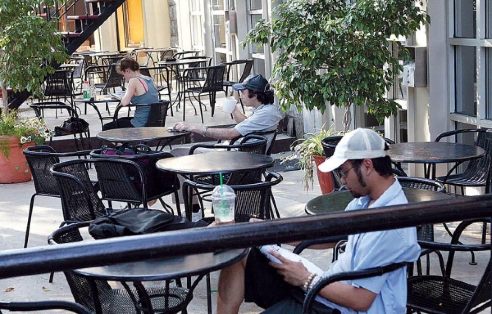 Sur une terrasse, quelques Montréalais sont seuls à leur table. Une nouvelle étude montre que le volume de l'amygdale des hommes et des femmes est proportionnel à la taille et à la complexité de ses réseaux sociaux. <br />