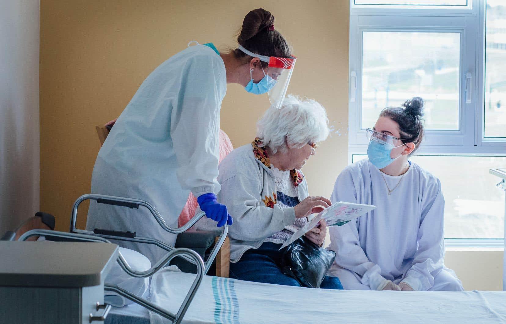 Le nombre de milieux de vie atteints par le virus continue de croître, même si les autorités observent un fléchissement de la courbe de mortalité.