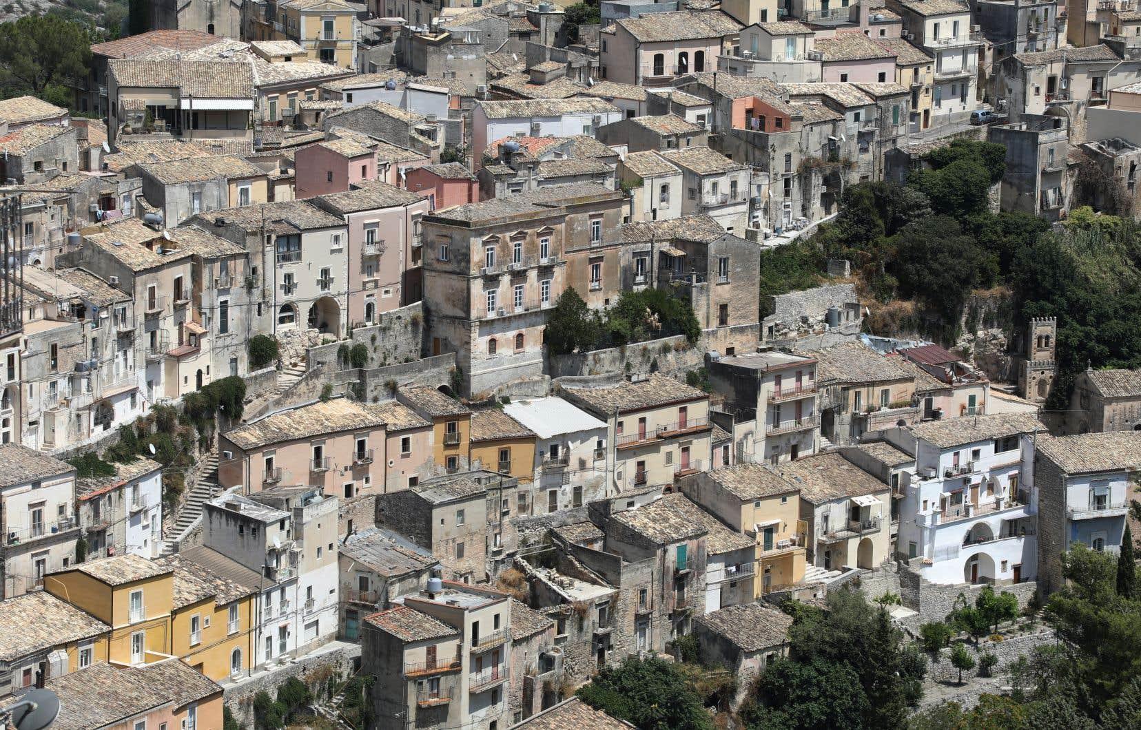 Si Esther Kinsky cherche, dans «Le bosquet», les morts parmi les vivants en Italie, Dominique Fernandez, lui, dans «L'Italie buissonnière», y ramène à la vie ce qui à plusieurs semble mort et inanimé depuis des siècles.