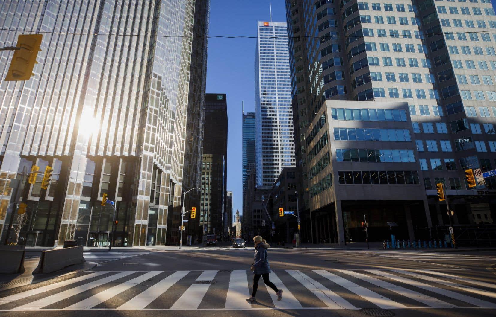 «Avec 33% plus d'habitants que Montréal, Toronto a enregistré 61% moins de cas et 69% moins de décès», souligne l'auteur.