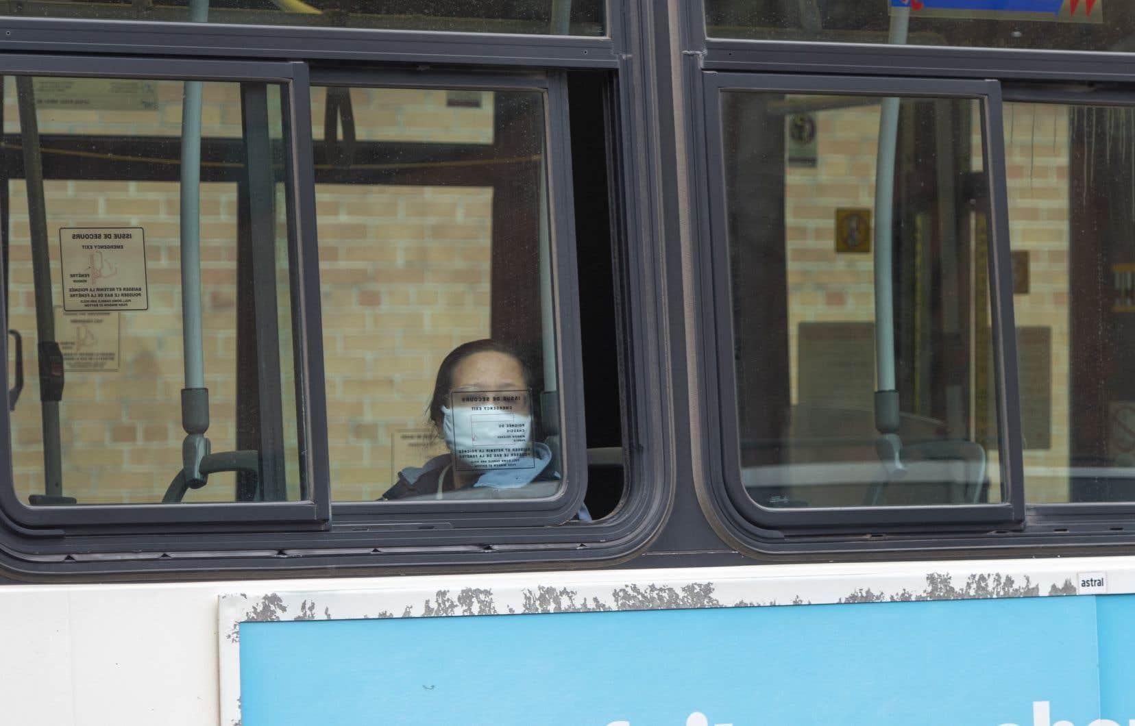 Devant la presse, François Legault a de nouveau prié les citoyens utilisant les transports en commun de porter un masque.
