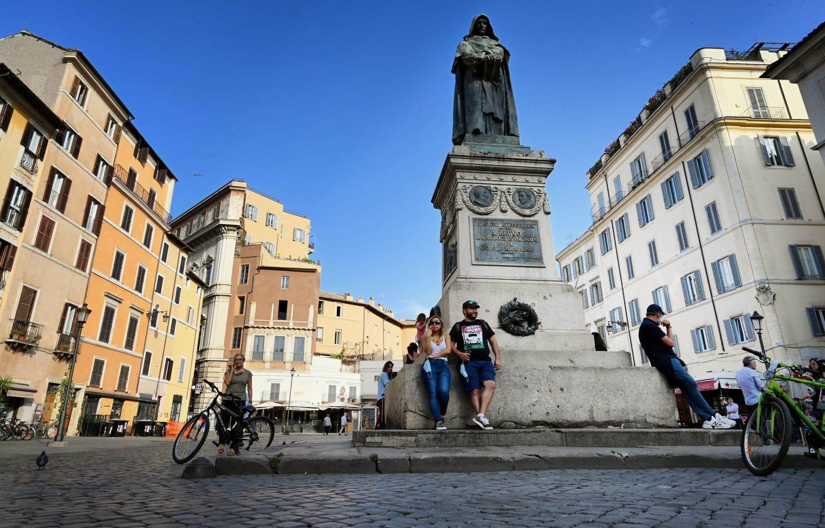 Premier pays à avoir confiné l'ensemble de sa population, l'Italie reste traumatisée, après deux mois d'enfermement, une économie à genoux et un lourd bilan humain.
