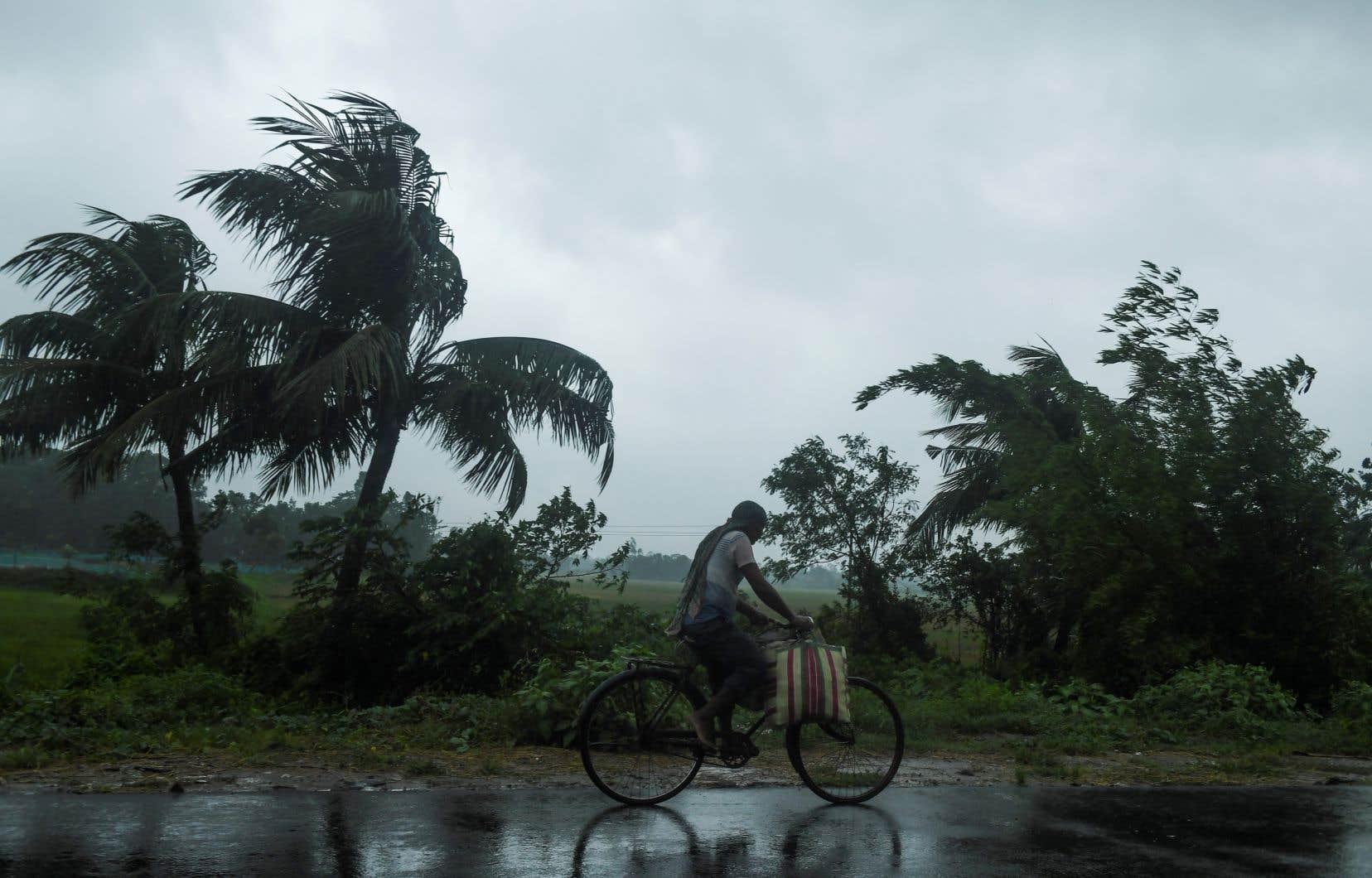<p>Malgré la perte de puissance du cyclone ces dernières heures à mesure qu'il approche des côtes, les autorités indiennes et bangladaises s'attendent à d'immenses dégâts matériels.</p>