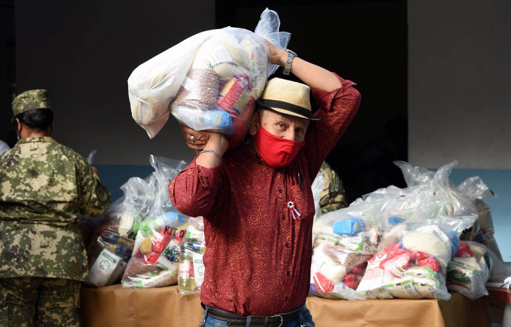 Des denrées sont distribuées par l'armée au Paraguay. Plus de 25 000 citoyens y ont perdu leur emploi à cause de la pandémie.