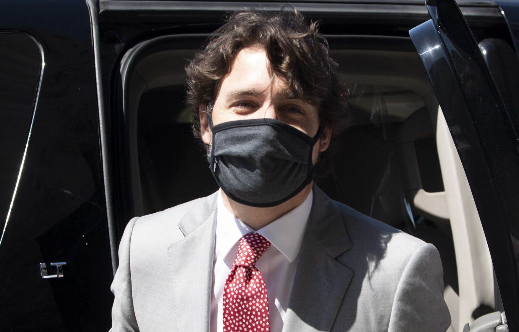 Justin Trudeau s'est présenté au Parlement avec un masque mercredi, en prenant acte de la nouvelle directive de santé publique fédérale qui recommande désormais, à l'instar de Québec, le port du masque non médical lorsque la distanciation physique est impossible.