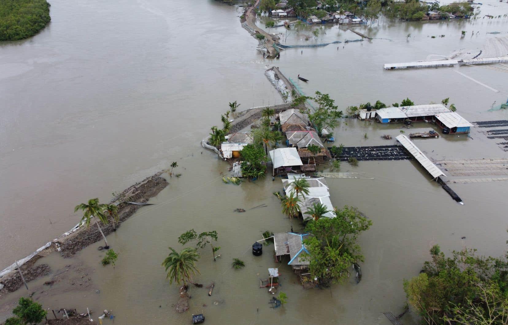 Des centaines de villages côtiers ont été inondés et des milliers de maisons ont été détruites. Le bilandu cyclone «Amphan» est vendredi matin de 95 morts.