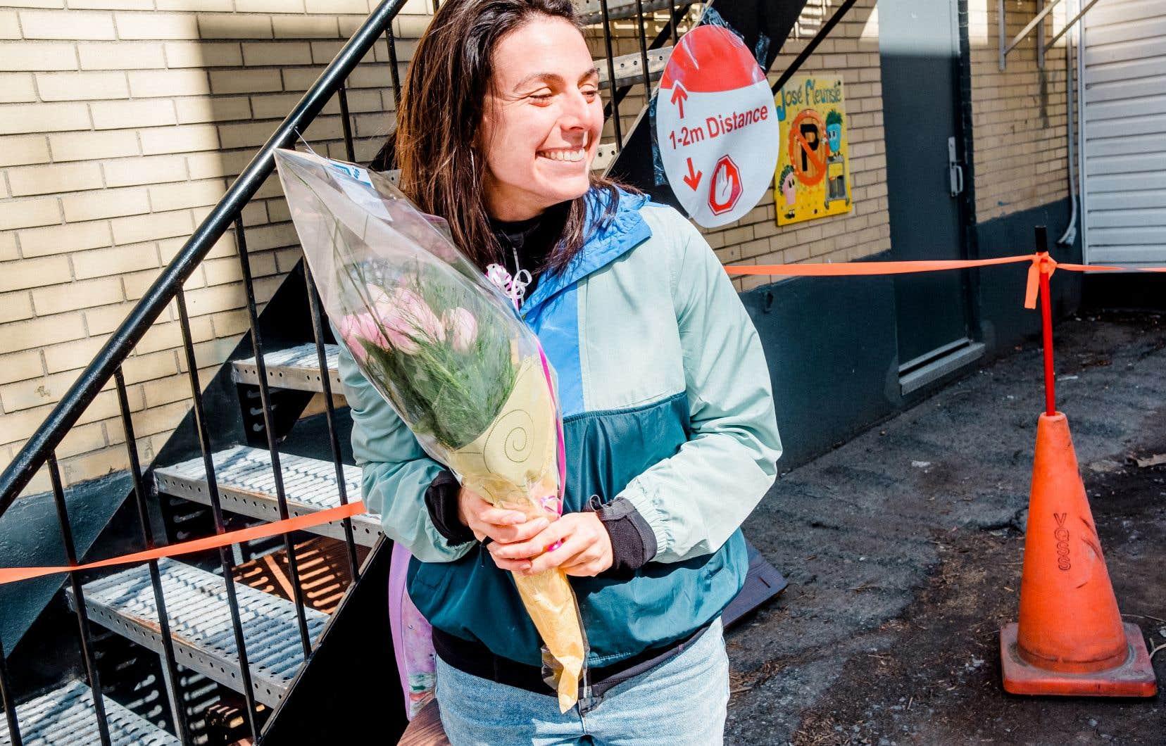 Virginie Leblanc, une intervenante chez Motivaction-Jeunesse, achète des fleurs pour la femme d'un employé de l'usine qui a contracté la maladie et dont la mère est hospitalisée.