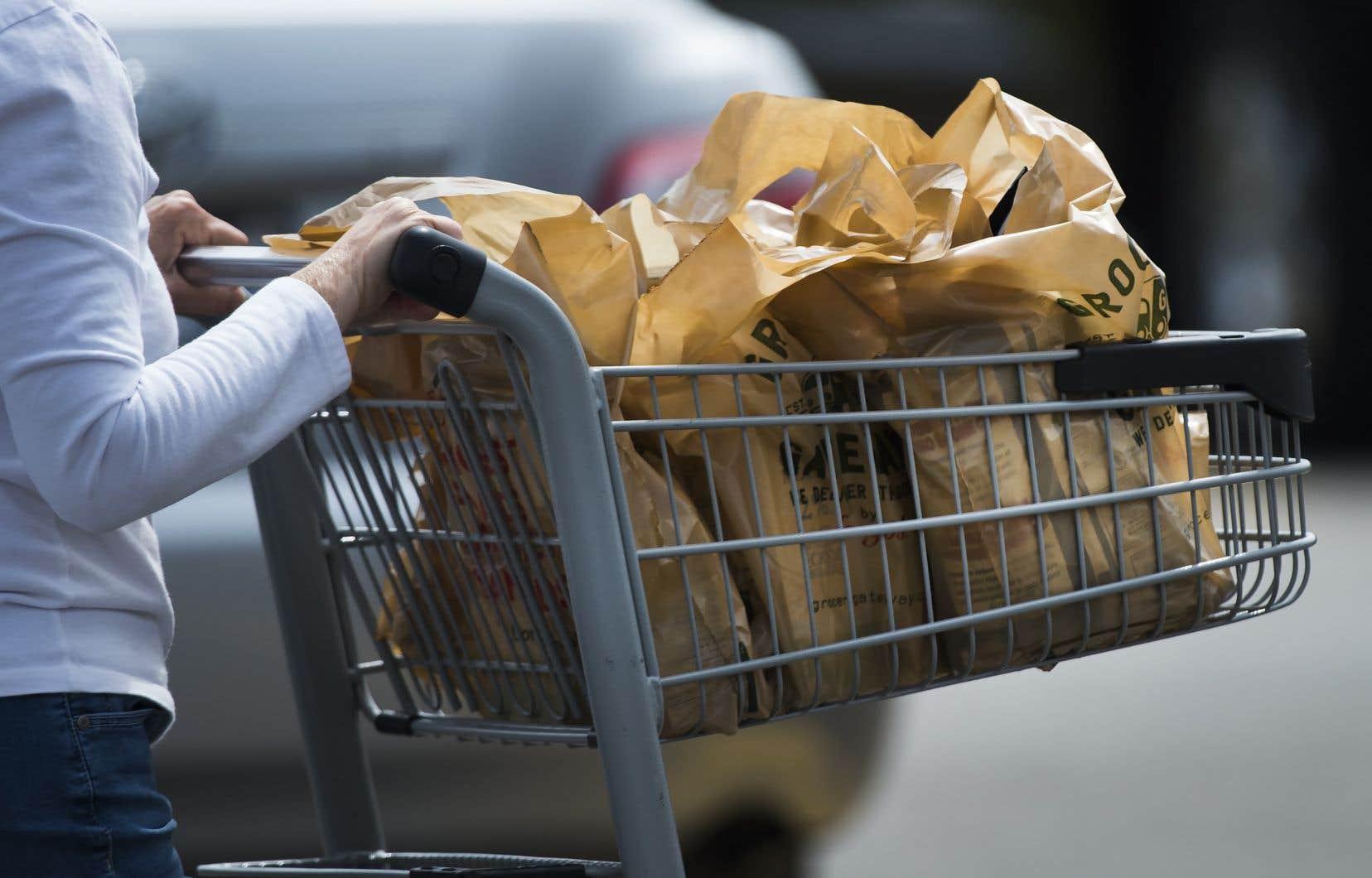 Les magasins doivent dorénavant fournir des sacs et les clients ne peuvent pas utiliser leurs contenants ou sacs réutilisables en Colombie-Britannique.