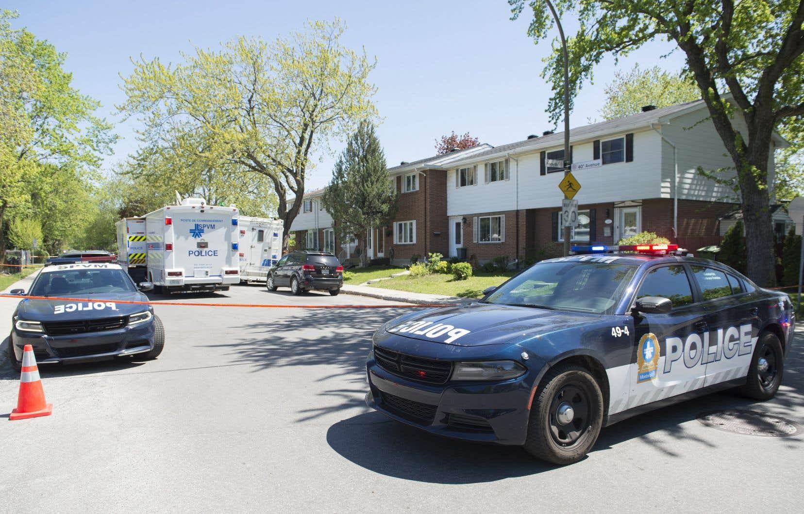 Le service des enquêtes sur les crimes majeurs du SPVM ont été dépêchés dans le secteur de Pointe-aux-Trembles après la découverte de deux personnes mortes à proximité d'une résidence.