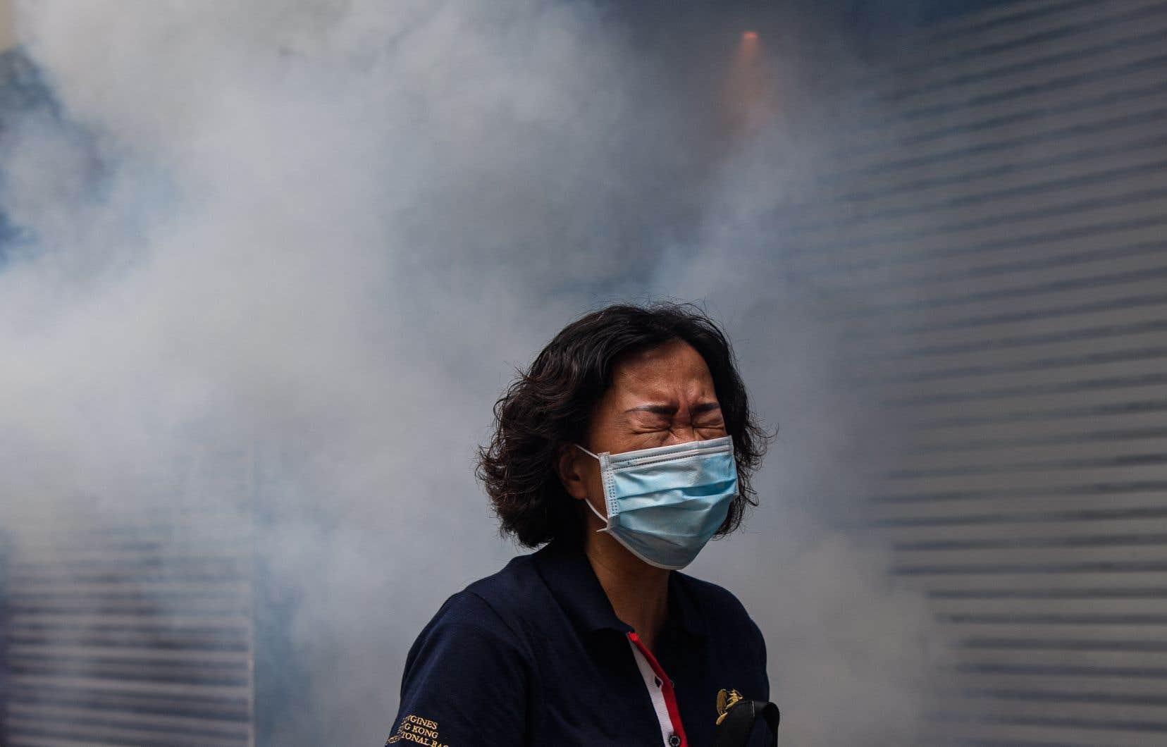 La police a eu recours aux lacrymogènes et aux gaz au poivre pour tenter de disperser la foule.