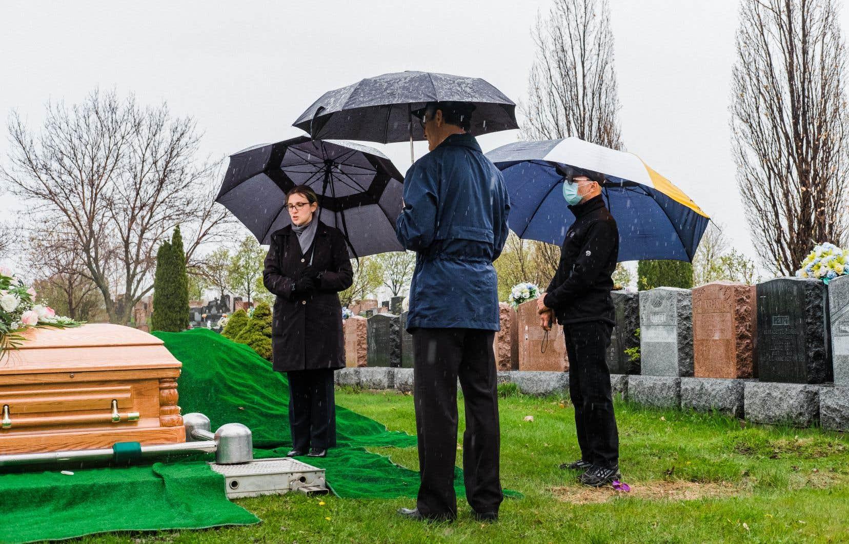 Louis et Claude Desrosiers ont dû rendre hommage à leur mère sans pouvoir être entourés de leur famille afin de respecter les règles de distanciation en vigueur, lors de notre passage au cimetière Le Repos Saint-François-d'Assise, à Montréal.