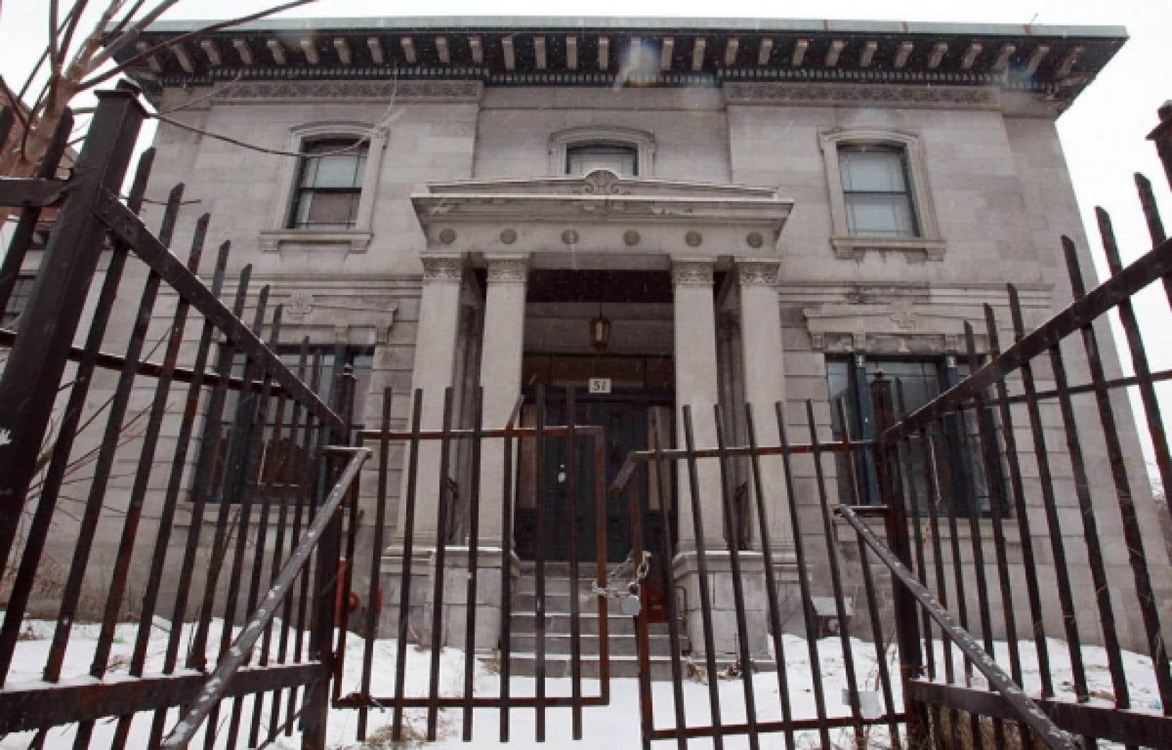 Construite en 1844 à l'angle des rues Sherbrooke et Clark, la maison Notman a été classée monument historique en 1979. Dans les années 2000, des projets pour le transformer en hôtel ou en condos ont tous échoué.<br />