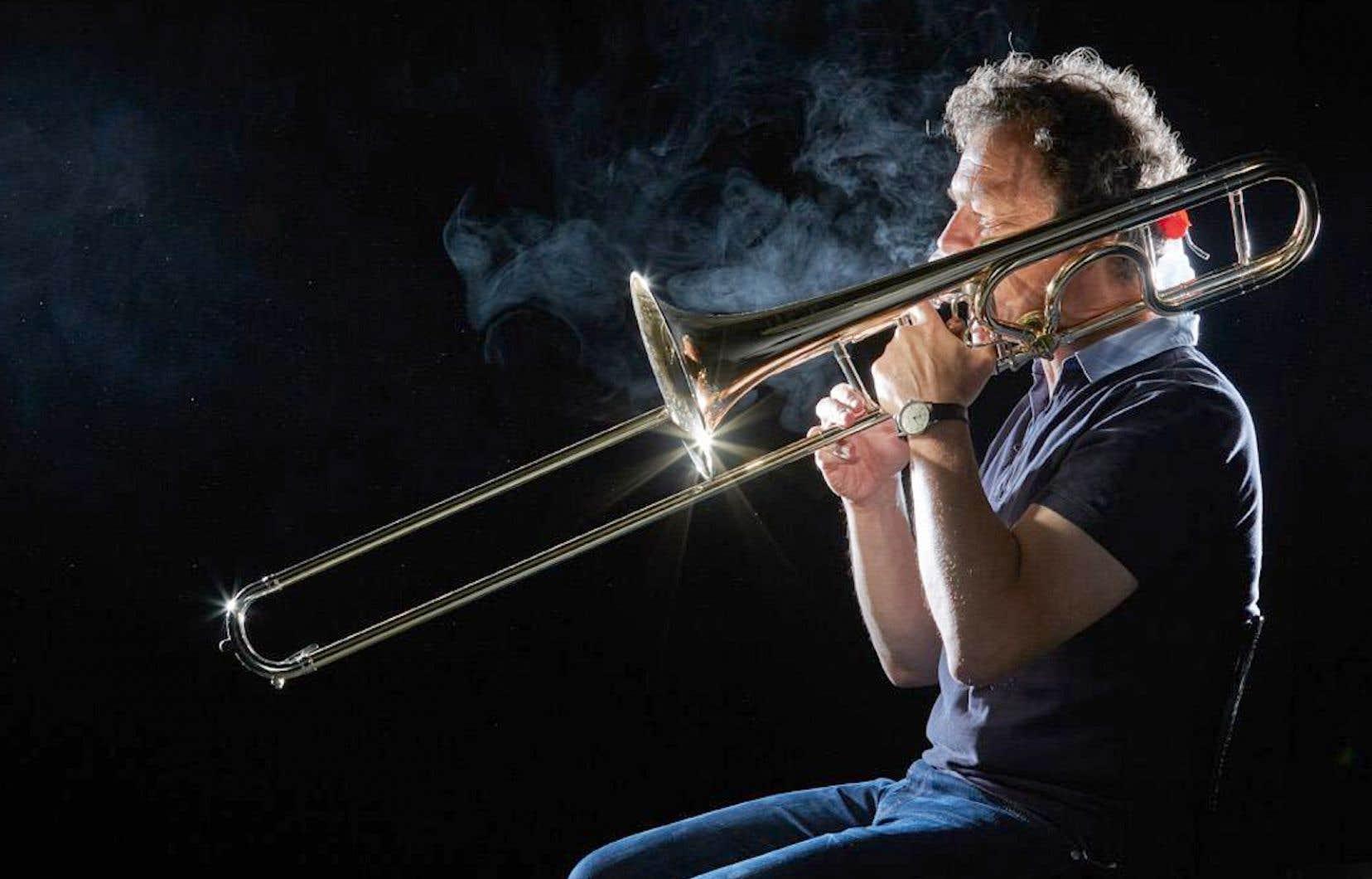 Selon la méthode retenue pour l'étude réalisée par le Philharmonique de Vienne, les instrumentistes placés dans une pièce noire sont violemment éclairés par des projecteurs latéraux. On visualise ainsi bien la dissipation du brouillard produit.