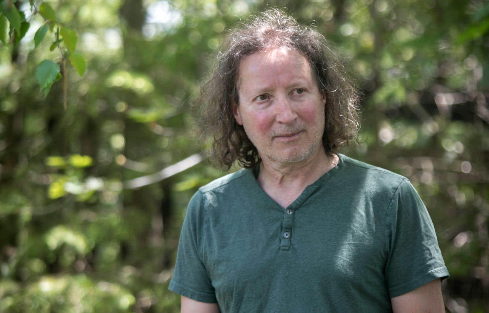 Fidèle à sa manière, le romancier Louis Hamelin mélange ici l'Histoire et le mythe, selon une double trame où vient se juxtaposer son propre point de vue, celui d'un «écrivain et naturaliste québécois».