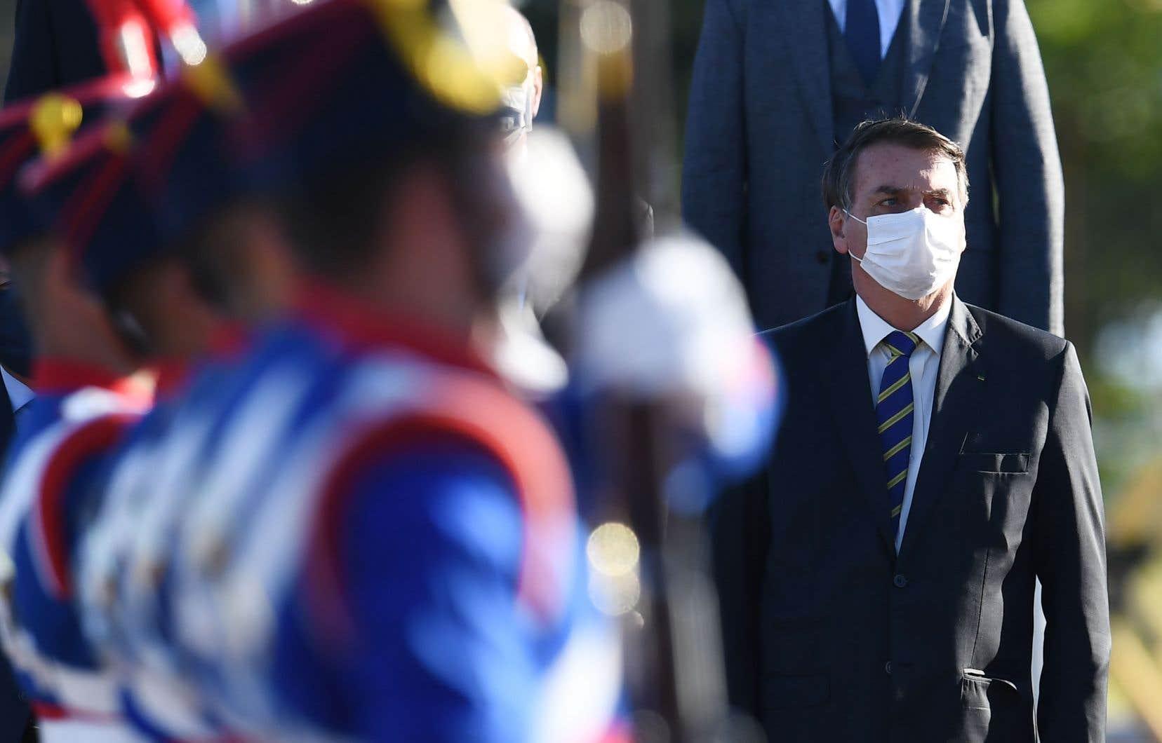 Le président brésilien est de plus en plus isolé en cette période de pandémie et de conflit avec les représentants des institutions.