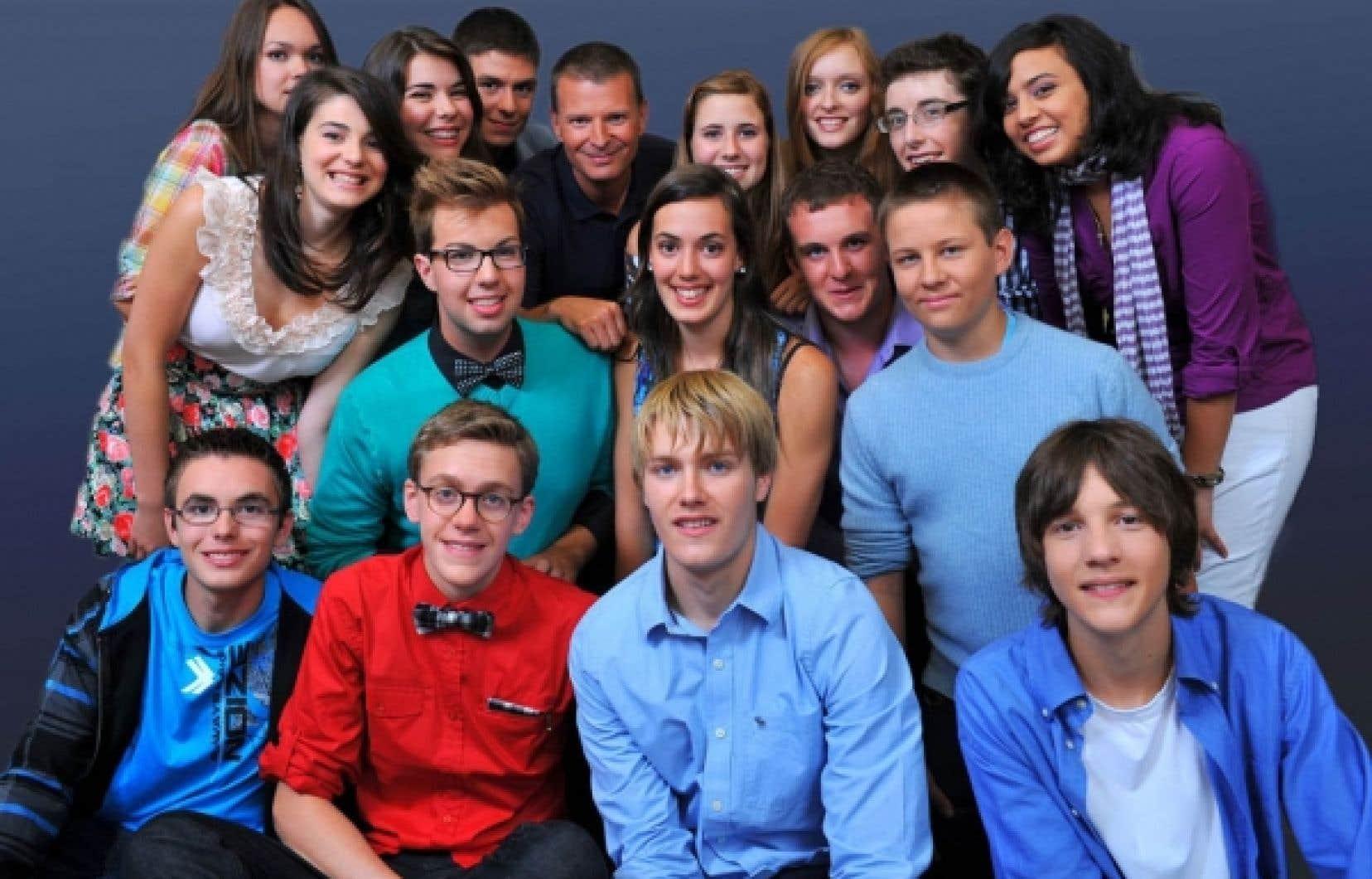 Les participants à la nouvelle mouture de Génies en herbe, en compagnie de l'animateur Stéphan Bureau<br />