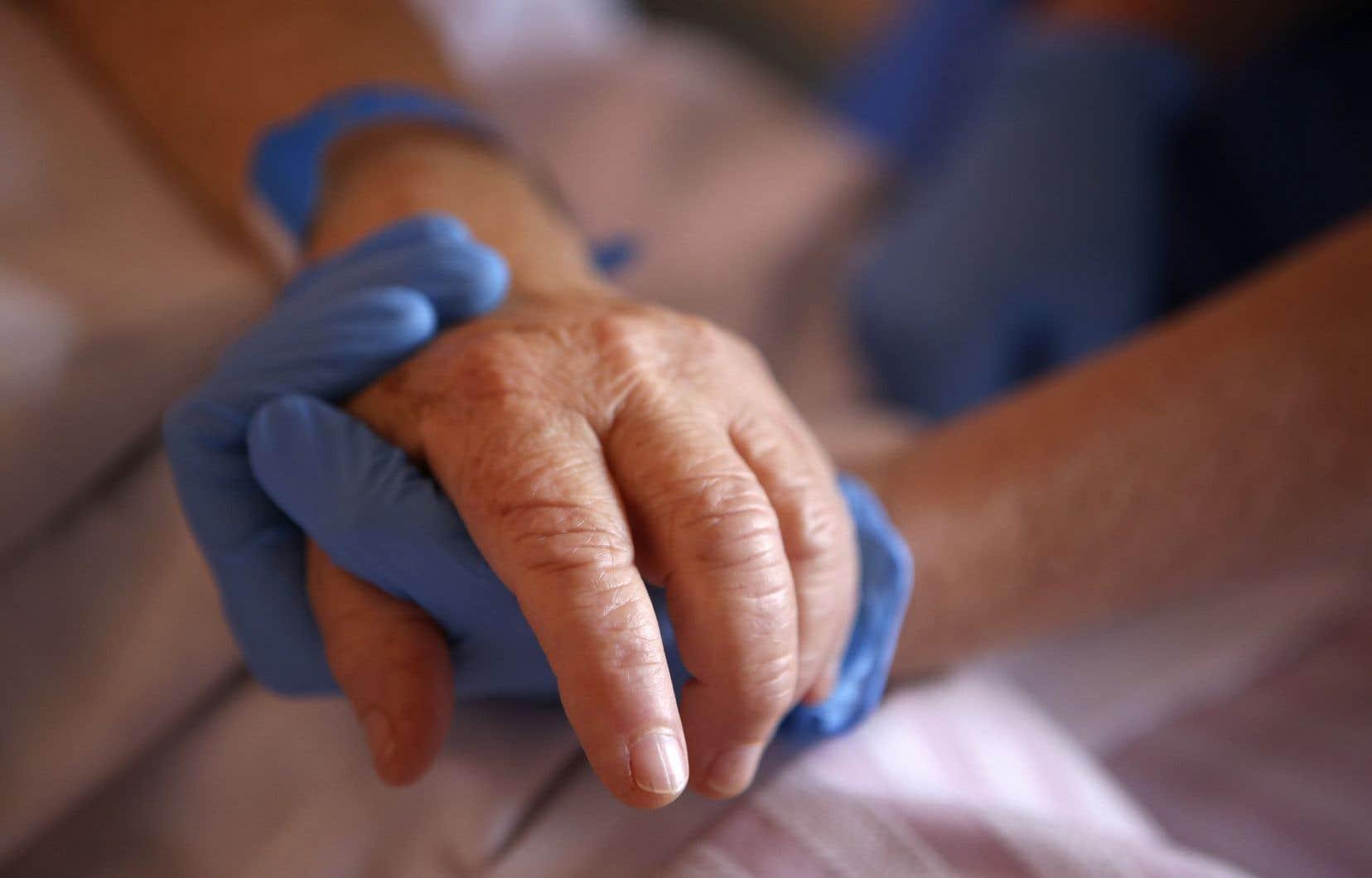 «Je souhaite que notre société se souvienne des dysfonctionnements majeurs que la crise nous a dévoilés à propos du traitement réservé aux aînés», écrit l'autrice.