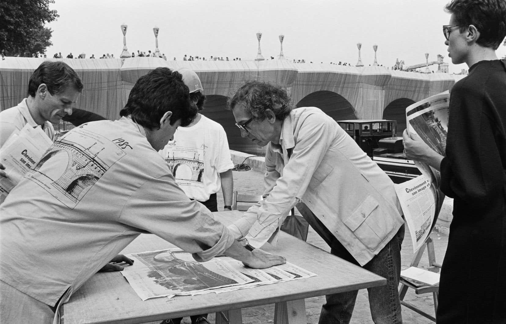 L'artiste d'origine bulgare s'est fait connaître pour ses réalisations monumentales, comme son emballage du Pont-Neuf de Paris, en 1985.