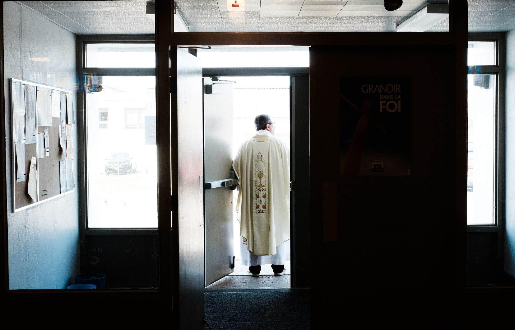 La pandémie de COVID-19 a amené un virage virtuel au diocèse de Québec, permettant aux fidèles d'assister tous les jours à la messe en ligne. Un des instigateurs du projet, le père Dominic, partage l'animation de cette célébration avec deux autres prêtres, dont l'abbé Yves Fournier (photo).