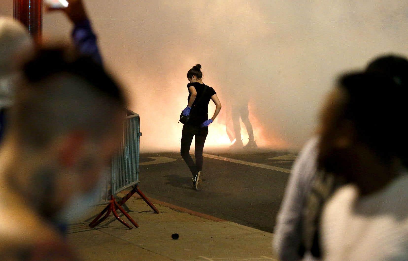 La police a utilisé du gaz lacrymogène contre les manifestants à Phoenix samedi soir. Des milliers de soldats de la Garde nationale ont été déployés dans 15 États et à Washington, tandis que des couvre-feux ont été décrétés dans plusieurs villes, comme Houston et Los Angeles.