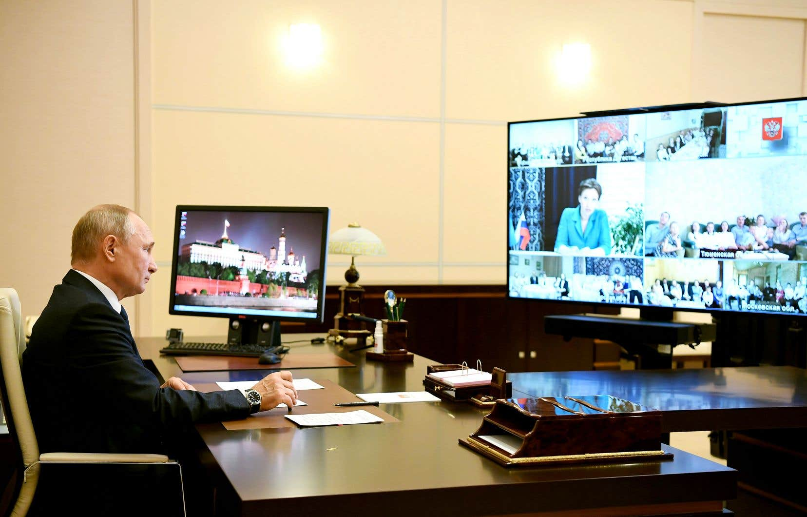 Le président russe, Vladimir Poutine, en téléconférence à la résidence d'État de Novo-Ogaryovo
