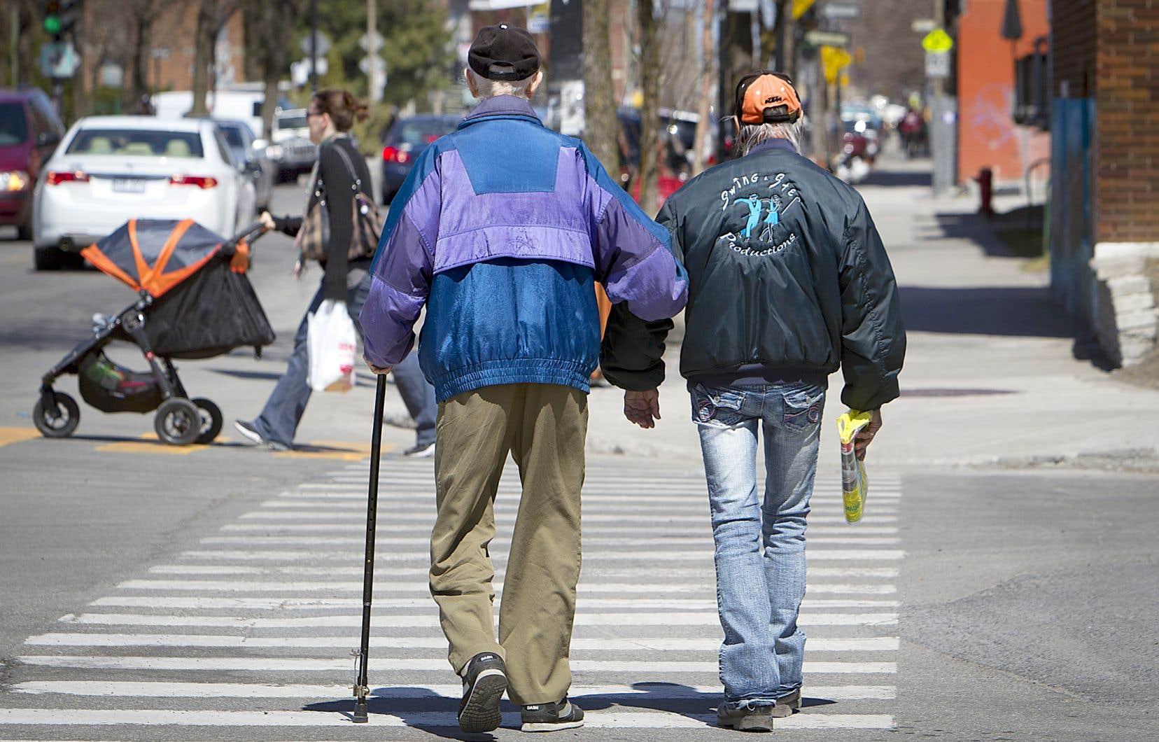 Vieillir dans la communauté reste le premier choix des personnes de 65 ans et plus, rappelle l'autrice.