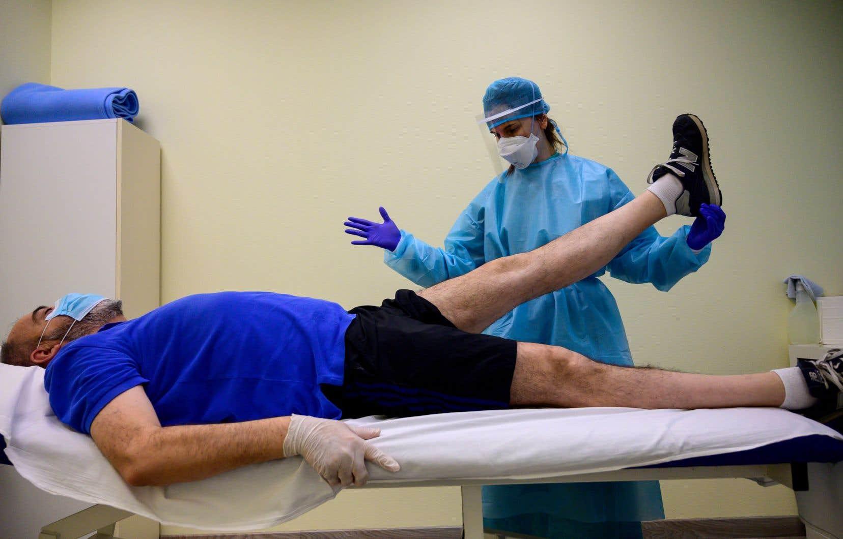 Depuis lundi, divers professionnels de la santé, comme les physiothérapeutes, les chiropraticiens et les ostéopathes, peuvent traiter tous les patients en personne, et pas uniquement les cas considérés comme urgents.