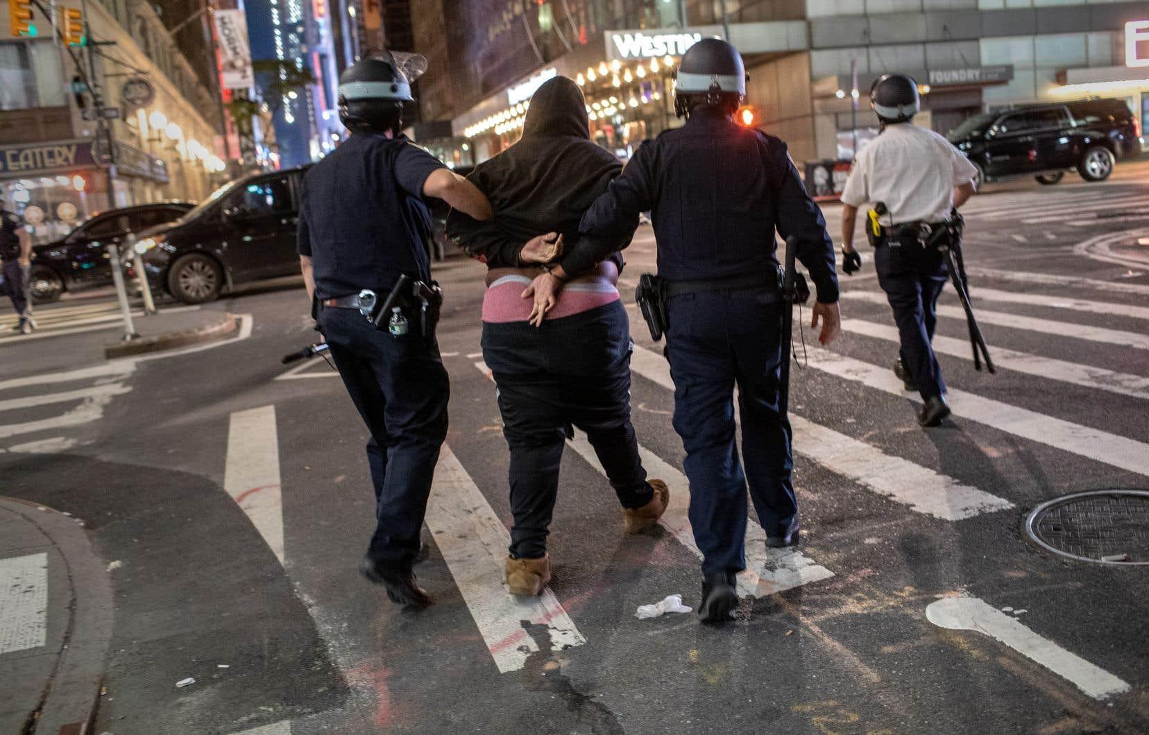 Malgré le couvre-feu, New York a été le théâtre de manifestations et de nouvelles scènes de pillage lundi soir.