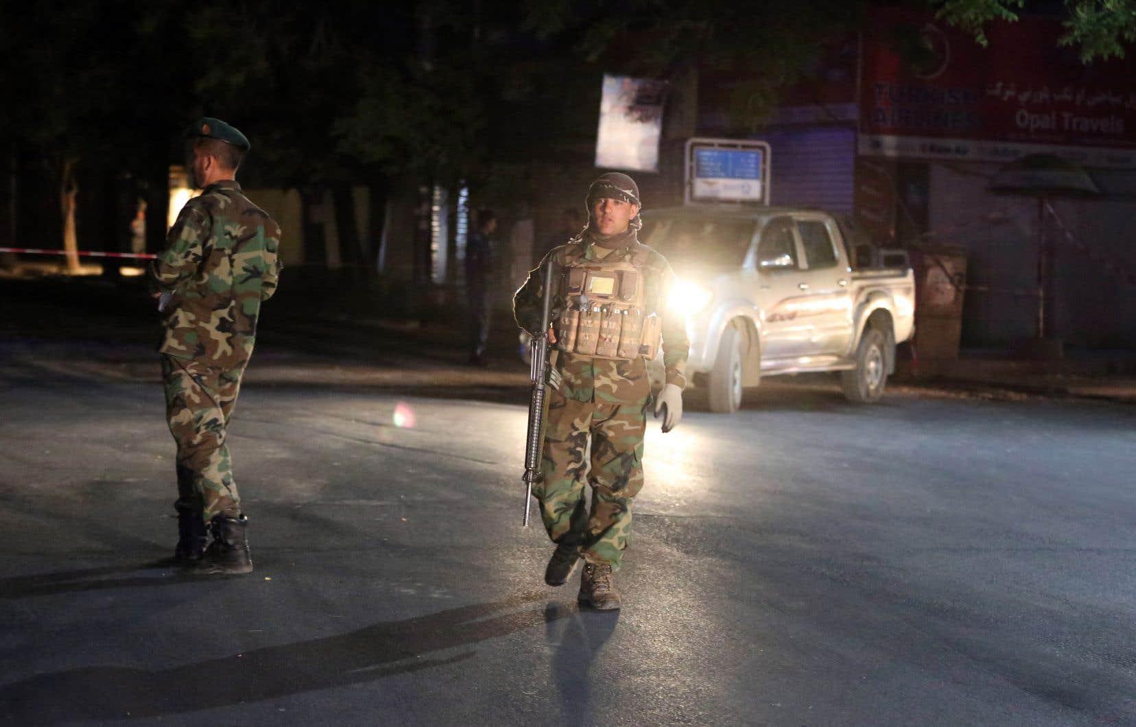 Les forces de sécurité afghanes arrivent sur le site de l'attentat à la bombe dans une mosquée de Kaboul, mardi dernier.