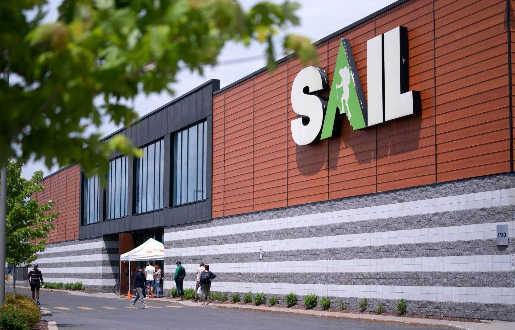En dépit de la restructuration, les activités se poursuivent normalement au sein de l'entreprise, dont les magasins demeurent ouverts.