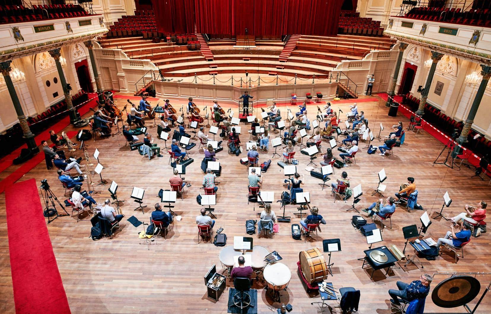 Au Concert-gebouw d'Amsterdam, les chaises de la salle ont été démontées pour laisser place aux musiciens, assez éloignés les uns des autres pour jouer un répertoire symphonique «normal».