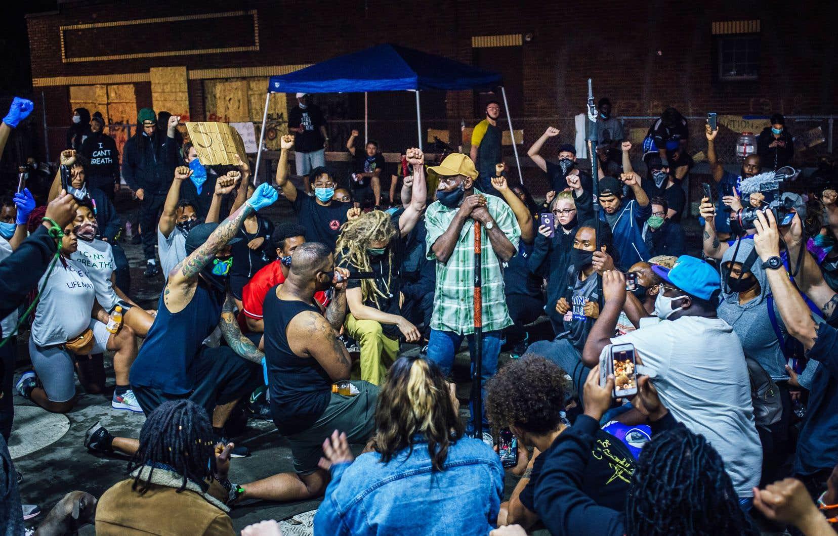 Au coin de la 38e et de Chicago Avenue, où George Floyd a été tué, est devenu un lieu où se succèdent les réunions, les manifestations et les discours. Malgré le couvre-feu, fixé jusqu'à mercredi à 22 h, une petite communauté occupe les lieux nuit et jour.
