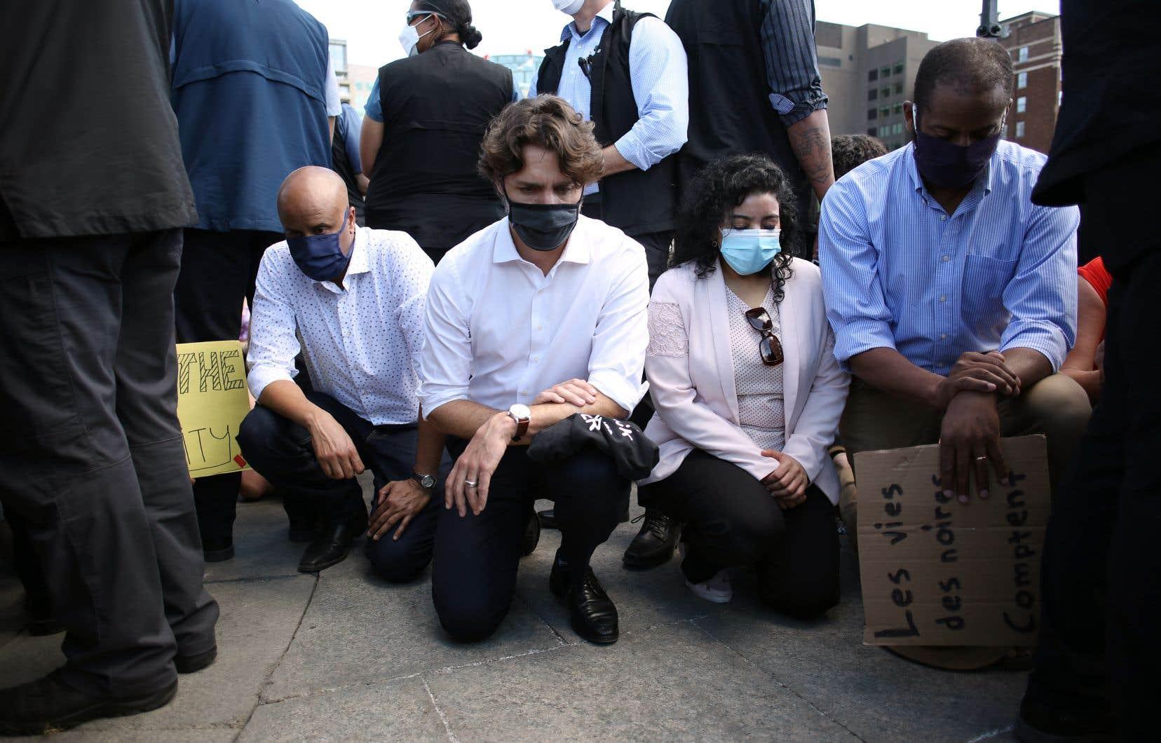 Le premier ministre Justin Trudeau a déposé un genou au sol en signe de solidarité avec les autres manifestants réunis sur la Colline du Parlement, à Ottawa.