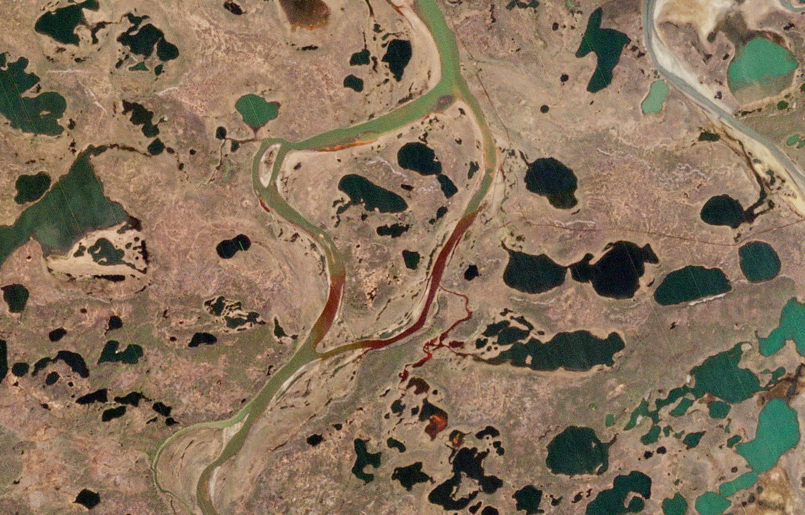 Le 29 mai, 21 000 tonnes de carburant contenu dans un réservoir appartenant au groupe minier russe Norilsk Nickel se sont déversées dans la rivière Ambarnaïa et les terrains alentour, après la rupture des piliers soutenant l'édifice. Cette image aérienne montre la dispersion du diésel.