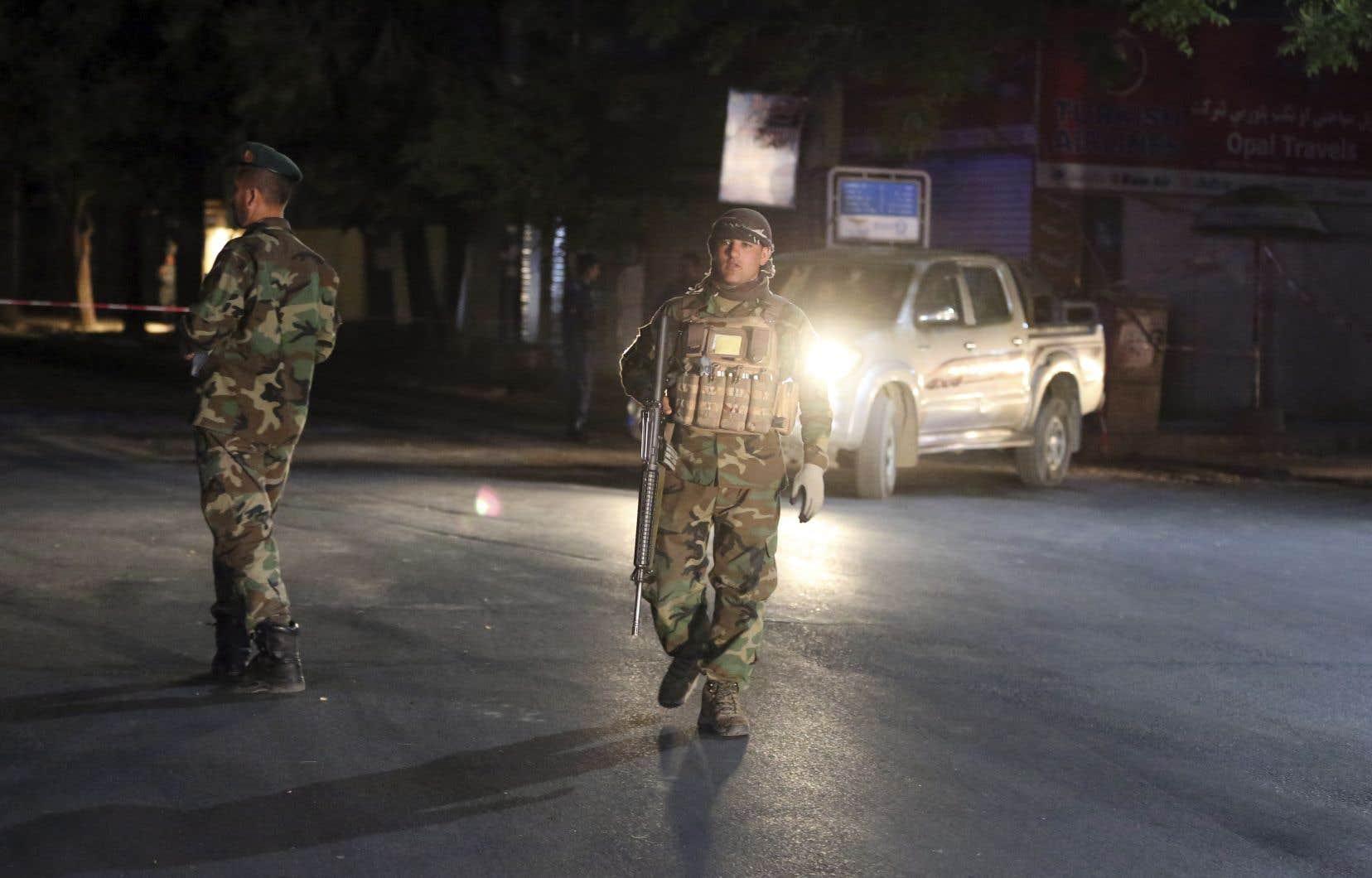 Les talibans ont cessé d'attaquer les forces étrangères, mais poursuivent leurs attaques meurtrières dans le pays. <b>Sur cette photo, des soldats afghans patrouillant après un attentat à la bombe dans une mosquée de Kaboul, le 2 juin dernier.</b>
