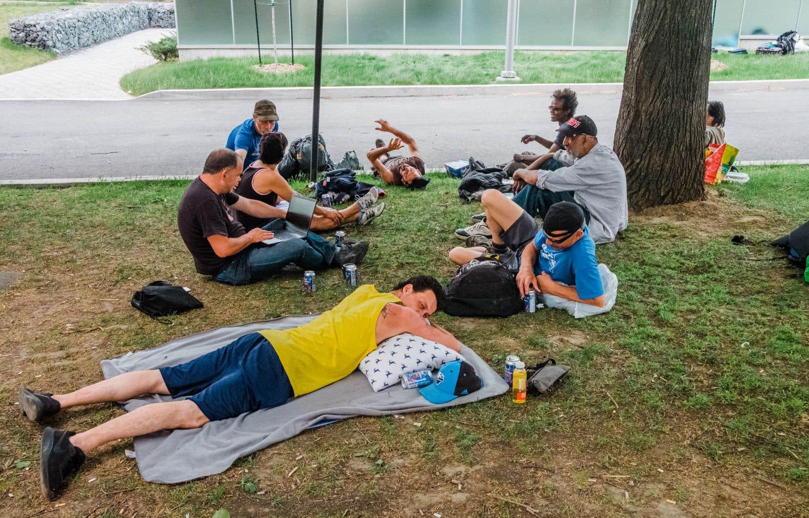 Le square Cabot est un lieu bien connu des itinérants de Montréal. Tous les jours, environ 200 personnes s'y retrouvent pour recevoir gratuitement des repas, des vêtements, des cigarettes et une multitude d'autres services psychosociaux.