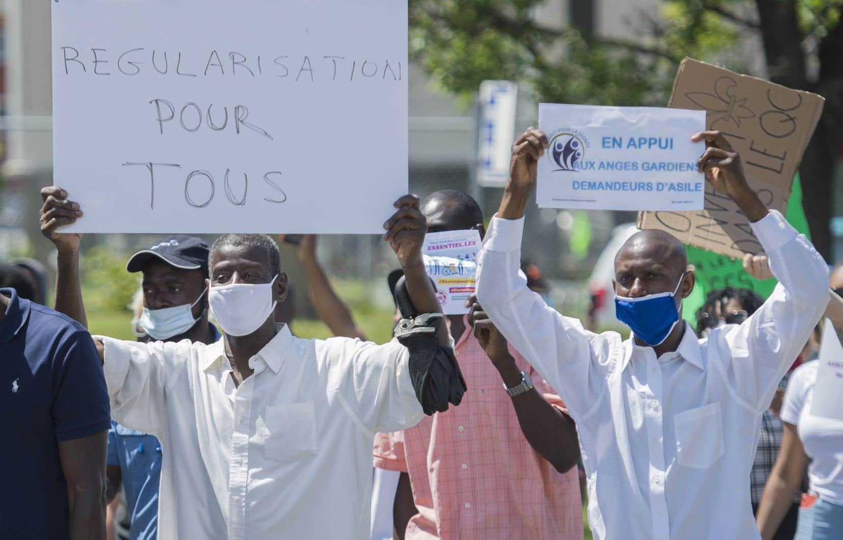 <p>Des demandeurs d'asile travaillant dans les centres de soinsont manifesté samedi devant le bureau de circonscription de Justin Trudeau à Montréal.</p>