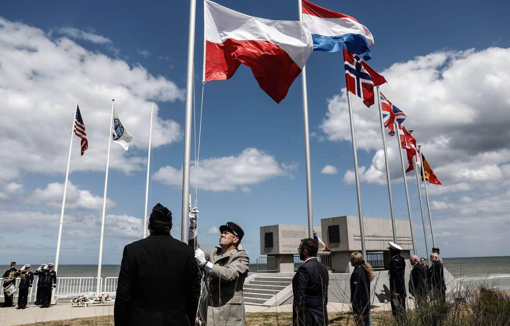 À Vierville-sur-Mer, une cérémonie inaugurée par deux survols de la Patrouille de France a rassemblé moins d'une centaine de personnes.