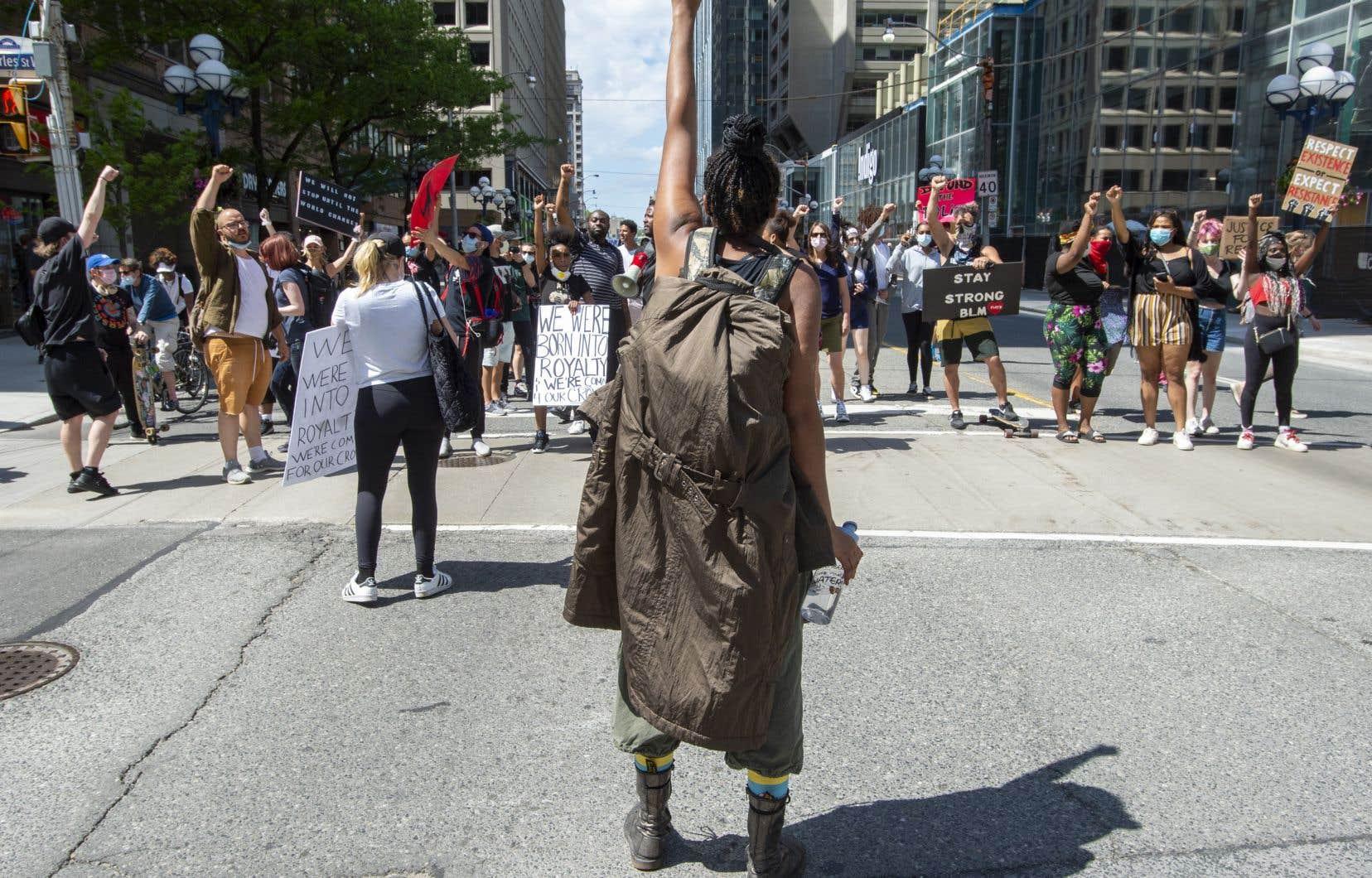Sur le chemin du consulat américain, des centaines de manifestants se sont arrêtés brièvement devant le quartier général de la police de Toronto.
