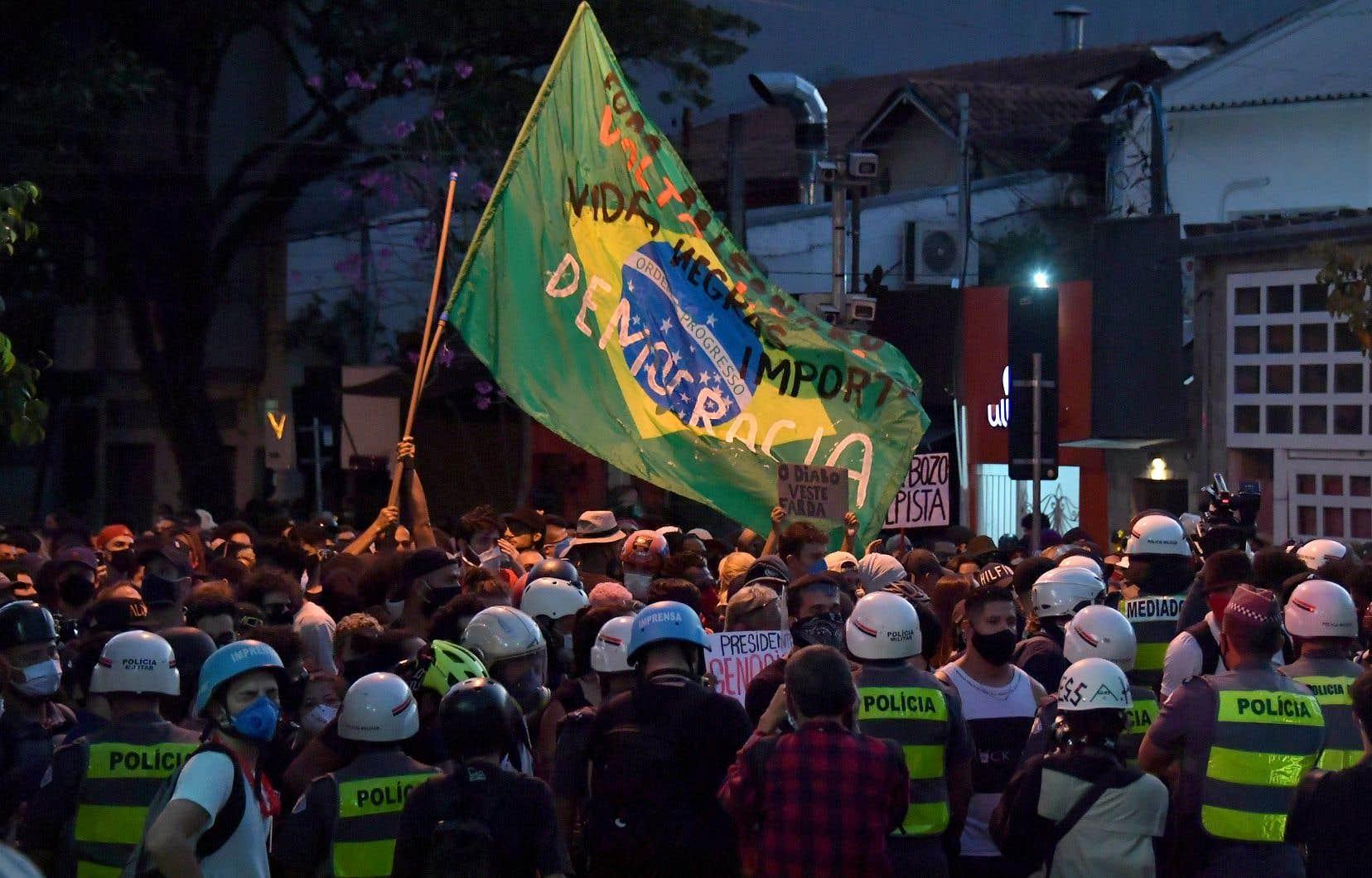 Des milliers de personnes se sont rassemblées dans l'après-midi à São Paulo, arborant des banderoles en défense de la démocratie, contre le racisme et la politique du président brésilien.