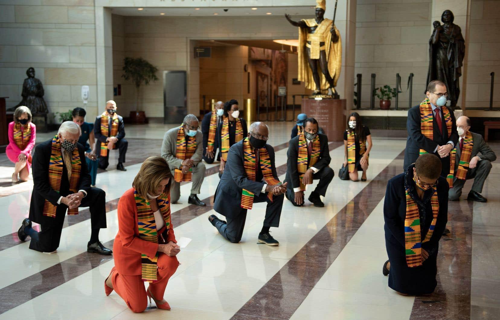 La présidente démocrate du Congrès, Nancy Pelosi (en avant-plan), ainsi qu'une vingtaine de parlementaires, étaient rassemblés dans le «Hall de l'Émancipation», nommé en hommage aux esclaves qui ont travaillé à la construction du Capitole.