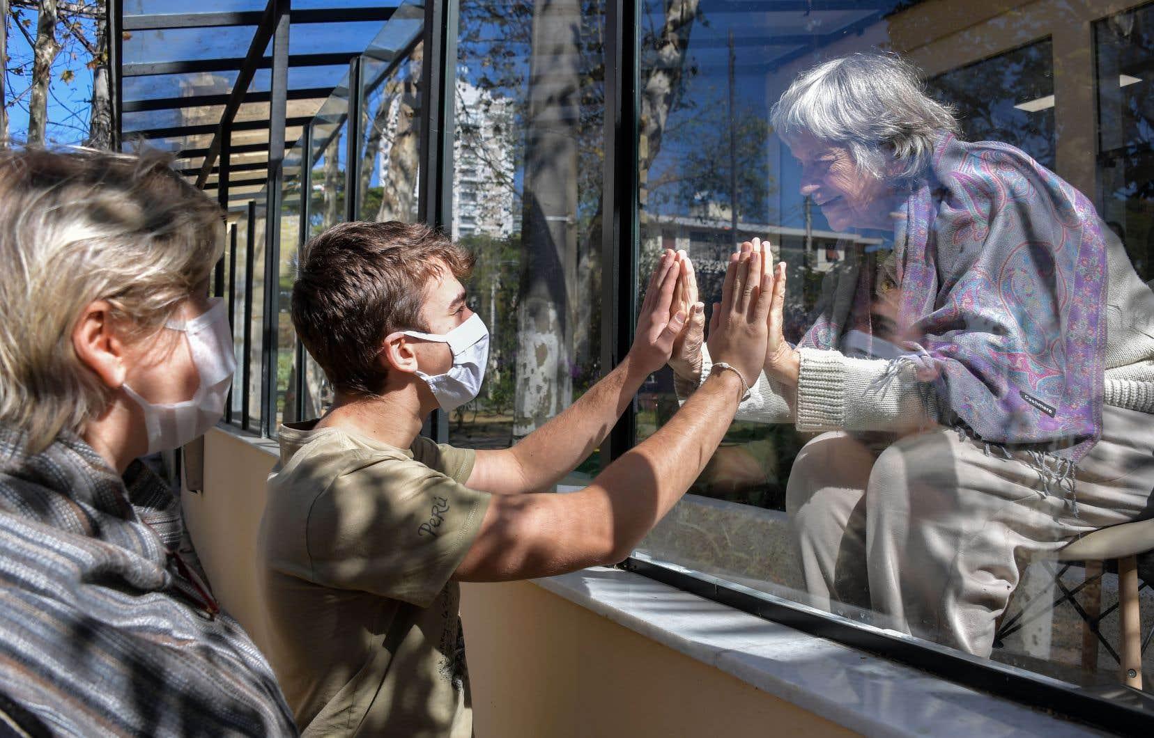 Le confinement strict imposé dans plusieurs pays a contribué à réduire la propagation du virus.