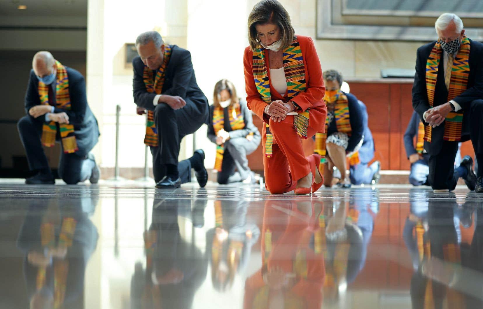 Les leaders démocrates ont symboliquement mis un genou à terre lundi entre les murs du Capitole, à Washington, avant de dévoiler une proposition de loi visant à réformer la police.
