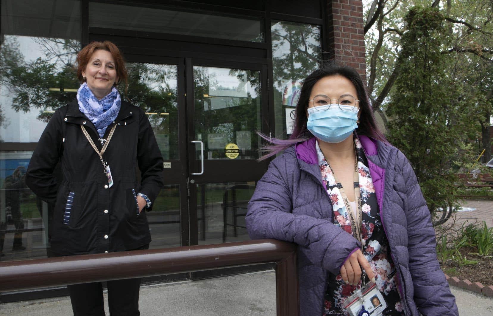 Rosalee Brouillard, travailleuse sociale(à droite), et Julie Lavoie, hygiéniste dentaire (à gauche), devant le CHSLD Petite-Patrie